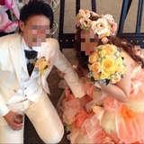 新郎新婦白タキシードとウェディングドレス