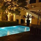 プールが夜になると幻想的に