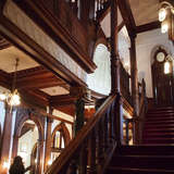 重厚な印象の階段