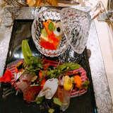 見た目にも華やかな器も楽しめる前菜
