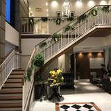 入り口から新郎新婦控え室に向かう階段