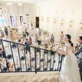 天井高のある開放的な披露宴会場と優美なシンデレラ階段