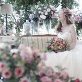 【スイートL】友人たちと気軽にふれあえるソファ席はドレス姿をより美しく魅せる
