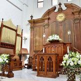 チャペル内の祭壇とパイプオルガン