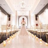 花嫁がベールに包まれる雰囲気のやさしく落ち着いたチャペル