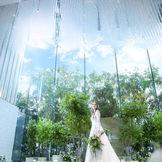 空・緑・クリスタルが祭壇一面に広がる
