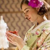 1800年以上の歴史を持つ住吉神社の宮司が執り行う厳粛な挙式。雅やかな和装姿は、両親や祖父母に特に喜ばれる。