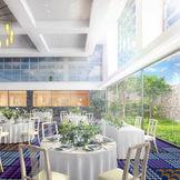 高い天井と2面の大きな窓から差し込む自然光により、明るく開放的なパーティ会場