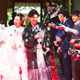 挙式後はゲストの皆様と折り鶴シャワー