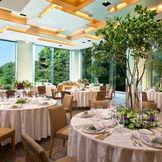 天井までの大きな二面の窓からの自然光が心地よい披露宴会場「カメリア」。
