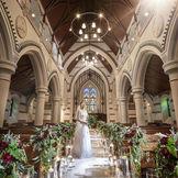 11メートルのバージンロードの正面には由緒ある修道院より譲り受けたステンドグラスが輝く