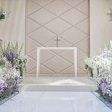 天井から自然光が降り注ぐ祭壇