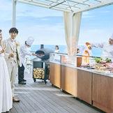 オープンエアな空間で出来たての料理を楽しむ 指帆亭ならではの『オーシャンデッキスタイル』