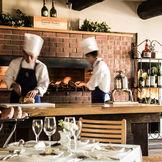 ラウンジにはレンガで作られた大きなロティスリーが置かれ、香ばしい薫りが広がる