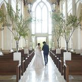 県内屈指のスケールを誇る独立型大聖堂。 26mの天井高と20mの大理石のバージンロード。 またステンドグラス越しに降り注ぐ優しい光が大理石に映り込み、幻想的な空間に・・・ ゲストも圧倒される!