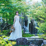 日本庭園でのウエディングドレス姿は記憶に残る一枚に