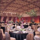竹篭をイメージして格子状にデザインされたドーム型の天井が、空間にホールのような優雅さと広がりを演出する「竹取の間」。