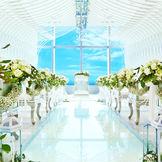 自然光溢れる洗練された白亜チャペルに大人花嫁もきっと満足♪