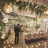 キャンドルやイルミネーション輝くナイトタイムのガーデン。幻想的な空間でのパーティーがゲストを魅了