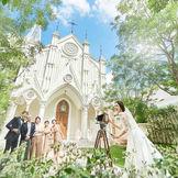 鴨川沿いに佇む大聖堂 木漏れ日溢れるガーデンでの記念撮影