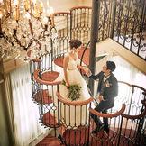 光あふれるパーティー会場には、アンティークな雰囲気漂う花びら型のらせん階段。光がたっぷり降り注ぐなかでの入場シーンは憧れのまとに。