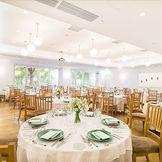 最大130名が着席出来る、自然光が注ぐ披露宴会場 ソーシャルディスタンスをとっても80名が入るレストランは都内では珍しい。 正方形の形をした上質な空間はゲストとの距離を近く感じることが出来、アットホームな1日になること間違いなし。