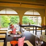 ご家族婚向けの別会場「高砂」 こちらは25名様くらいまで収容可能 窓から眺める日本庭園が素晴らしいと好評です 御結納の御席にも使われています