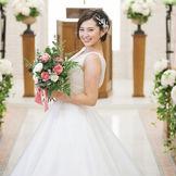 白×グリーンのナチュラルな空間が花嫁をより一層引き立てるチャペル