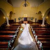 非日常で過ごせる厳粛な絆と感謝の大聖堂。ウェディングドレスが映えるように、クリーム色の壁になっております!バージンロードは大理石なので、反射した姿も、素敵にウェディングフォトとして残していただけます♪