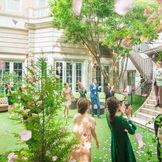 ガーデンでのフラワーシャワーやバルーンリリースなど階段演出も魅力