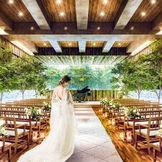 緑に囲まれたナチュラルな空間で花嫁の美しさを追求するチャペル