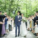 挙式後は、清々しい自然の中ライスシャワーの祝福を浴びて