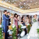 ゲストの皆さまの笑顔がおふたりへの祝福のシャワー♪ あたたかな空間で過ごすチャペル「ジュール」