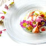オマール海老と帆立貝の千鳥酢マリネ 西京みそ香る満開の花野菜 トマトのベールをまとって