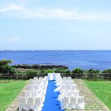 オーシャンフロントのガーデンに施されたチャペル。サンサンと降り注ぐ太陽の光と潮風、波の音をBGMに開放的な結婚式を叶えよう!