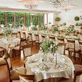 ガーデンが隣接する披露宴会場は自然光が差し込む開放的な空間。120名でもガーデン付き会場を貸切に。