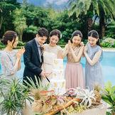 披露宴でゲストのみなさまも盛り上がる華やかな演出『ケーキ入刀』。 リゾートのような空間で行う演出は、ゲストの印象にも残る・・・