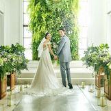 【チャペル】当日の天候次第で選べる室内のチャペル。全天候型の式場は天候に左右されず、理想の挙式が思いのまま。祭壇正面には天然の緑でウォールグリーンをご用意。白いドレスがとても映えます