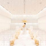 何ものにも染まらない純白を基調にしたチャペルは、花嫁姿をより美しく際立たせてくれる。