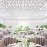 100名~220名まで収容可能な【グランドボールルーム】 光の持つ可能性を再構築することから始まった空間デザイン 美しいデザインが施された天井が、光に多彩な表情を与える 国内外で高く評価されるデザイナー杉本氏の「素材へのこだわり」が息づく