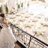 披露宴会場【HIDAMARI】~陽だまり~ 天井高6メートルを超える開放的な空間で、憧れの大階段からの入場も叶います。