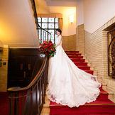 時を重ねた赤絨毯と階段はおすすめのフォトスポット