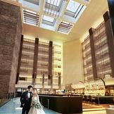 ホテルロビーは、高級感溢れる落ち着いた雰囲気