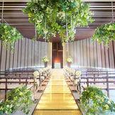 木目調のスタイリッシュなデザインと8万粒のスワロフスキーが輝くバージンロードが魅力