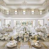 白を基調とした会食会場にはどんなコーディネートもマッチ。ピンクやブルーのお花で可愛らしく飾り付けるのもおススメ!