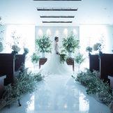壁一面に埋め込まれたクリスタルの輝きが花嫁を一層引き立てるチャペル。幻想的な雰囲気で心に残るセレモニーを