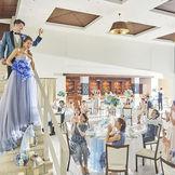 1Fカーサ・フリージア。圧倒的な天井の高さで上質なウェディングを・・・。3面スクリーンやテラス入場などゲストの皆様が喜ばれる演出も♪