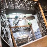 国の重要文化財『大阪市中央公会堂』はどこで撮影しても画になります。外光射し込む雰囲気抜群の螺旋階段も人気スポットの一つ。