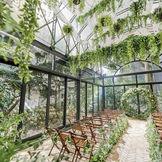 全面ガラス張りの自然光溢れる開放感のある空間