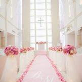 柔らかな雰囲気の純白の大聖堂には、座り心地を重視したゲスト専用ソファー。「ゲストと絆が深まる挙式」がコンセプト。